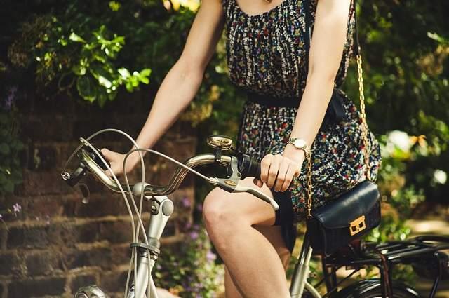 Donna sulla bici
